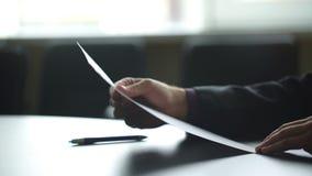 Unterzeichnendes Dokument des Geschäftsmannes Hand Mann unterzeichnet Papier neben Fenster Neue Versicherungspolice Amtliches Sch stock video