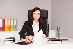 Unterzeichnendes Testament Brunettefrau Notar-Public Lizenzfreie Stockfotos