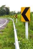Unterzeichnet Linkskurve voran Stockbild