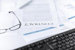 Unterzeichnetes Vertragspapier mit Gläsern Lizenzfreie Stockfotos