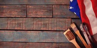 Unto spazzola e delle tenaglie con la bandiera americana sulla tavola immagini stock libere da diritti