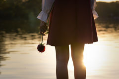 Untröstliche Frau, die eine Rose hält Stockfotos