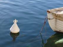 Untrennbar das Kopf-an-Kopf- des Bugs des Bootes zu seiner Boje Stockbild