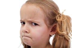 Untrustful kleines Mädchen, das misstrauisch schaut lizenzfreie stockfotos
