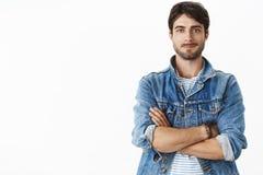 Unveränderter Schuss des charismatischen hübschen heißen erwachsenen Mannes mit Bart und der blauen Augen in der stilvollen Denim lizenzfreie stockbilder