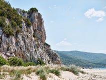 Unverdorbene felsige Klippenküstenlinie Stockfotografie
