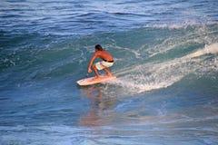 Unvergleichlicher auf dem Brett stehender und surfender Boogieinternatsschüler, Strand EL Zonte, El Salvador Stockbild