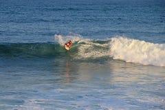 Unvergleichlicher auf dem Brett stehender und surfender Boogieinternatsschüler, Strand EL Zonte, El Salvador Lizenzfreies Stockfoto