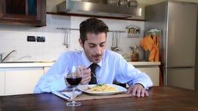 Unverheiratet Geschäftsmann, der Teigwaren isst stock footage