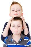 Unverschämte Brüder stockbild