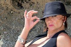 Unverschämter Brunette mit einem Hut stockbilder