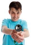 Unverschämter Junge, der einen Gartenschlauch zeigt stockfoto