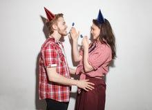Unverschämter Kerl und Mädchen haben Spaß auf Partei lizenzfreie stockfotografie