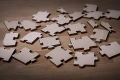 Unvollständige Puzzlespiele Stück über Abstand lizenzfreies stockfoto