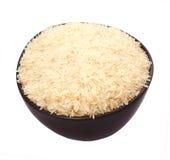 Unvorbereiteter und gedienter Satz langer weißer Reis auf dunklem kundenspezifischem keramischem Teller Lokalisiert auf weißem Hi Lizenzfreies Stockbild