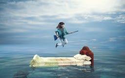 Unvorsichtige Frau im Ozean lizenzfreie stockfotos