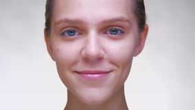 Unwinking stirrande av den trevliga caucasian kvinnlign med härlig ren hud i den vita studion stock video