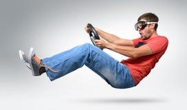 Unwirklicher bärtiger lustiger Mannautotreiber in den Schutzbrillen Stockfotografie