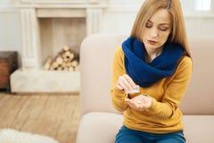 Unwohle blonde Frau, die Pillen einnimmt Lizenzfreies Stockfoto