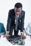 Unzuverlässige chinesische Techniken doesn ` t Arbeit im Büro lizenzfreie stockfotografie