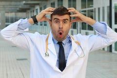 Unzuverlässiges schauendes Doktorgefühl schuldig lizenzfreie stockfotos