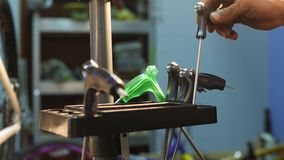 Uo mężczyzna ręki stawia narzędzia w organizatora w warsztacie zbiory