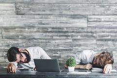 Uomini addormentati bei sul lavoro Fotografia Stock