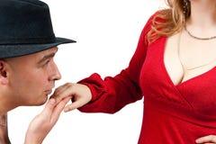 Uomini adulti che baciano la mano delle donne Immagini Stock