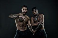 Uomini africani ed ispanici con il torso nudo sexy Uomini con il corpo tatuato misura Modelli di moda con il tatuaggio in jeans Fotografia Stock