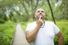 Uomini all'aperto vicino a 50s in foresta Fotografia Stock Libera da Diritti