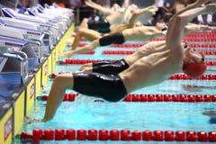 Uomini all'inizio del salto nell'acqua Fotografia Stock