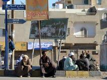 Uomini alla fermata dell'autobus Fotografia Stock Libera da Diritti