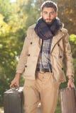 Uomini alla moda nel parco di autunno Immagini Stock Libere da Diritti