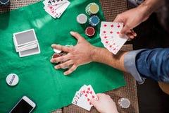 Uomini alla tavola di gioco fotografie stock