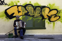 Uomini anziani che giocano nelle vie di Atene fotografia stock