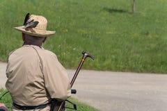 Uomini anziani dell'agricoltore con il cappello di paglia fotografia stock