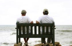 Uomini anziani ed il mare Fotografia Stock