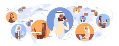 Uomini arabi e donne della gente di chiacchierata della rete sociale musulmana di Media Communication sopra la mappa di mondo Immagine Stock