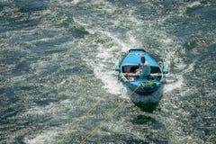 Uomini in barche che si impegnano nelle crociere sul Nilo per vendere L'Egitto aprile 2019 fotografia stock libera da diritti