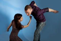 Uomini battuti in su dalle donne Fotografia Stock Libera da Diritti