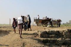 Uomini birmani che scaricano una barca pubblica immagine stock libera da diritti