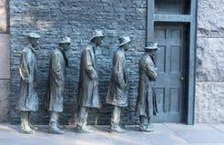 Uomini bronzei delle statue che aspettano nella linea per ottenere alimento durante la grande depressione #2 Immagini Stock