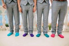 Uomini in calzini variopinti Foto divertenti di nozze Nozze in Monteneg Immagini Stock Libere da Diritti