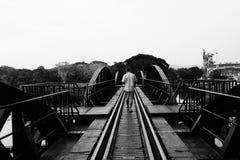 Uomini che camminano sul ponte Immagine Stock Libera da Diritti