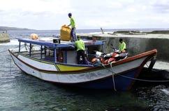 Uomini che caricano i prodotti il Batanes Filippine del carico Immagini Stock