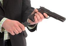 Uomini che caricano una pistola Fotografia Stock