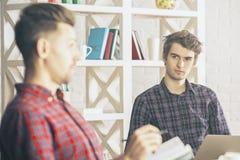 Uomini che fanno lavoro di ufficio in ufficio immagine stock libera da diritti
