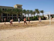 Uomini che giocano beach volley fotografia stock