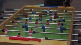 Uomini che giocano calcio della tavola sulla via Festival di estate intrattenimento vapore stock footage