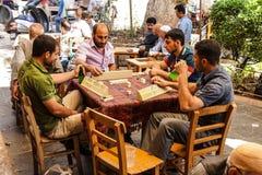 Uomini che giocano i giochi da tavolo Fotografia Stock Libera da Diritti
